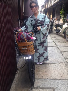 momo's Aroma room 京都のリンパマッサージ & 子連れで行けるアロマサロン-【ブログ】着物着て自転車爆走中